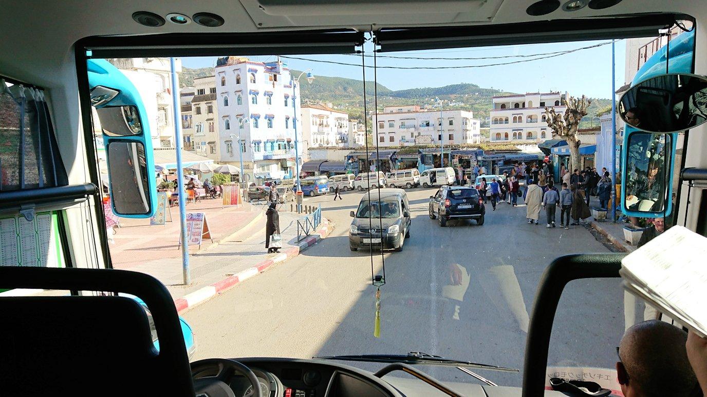 モロッコのシャウエンの街が一望できる高台に向かう2