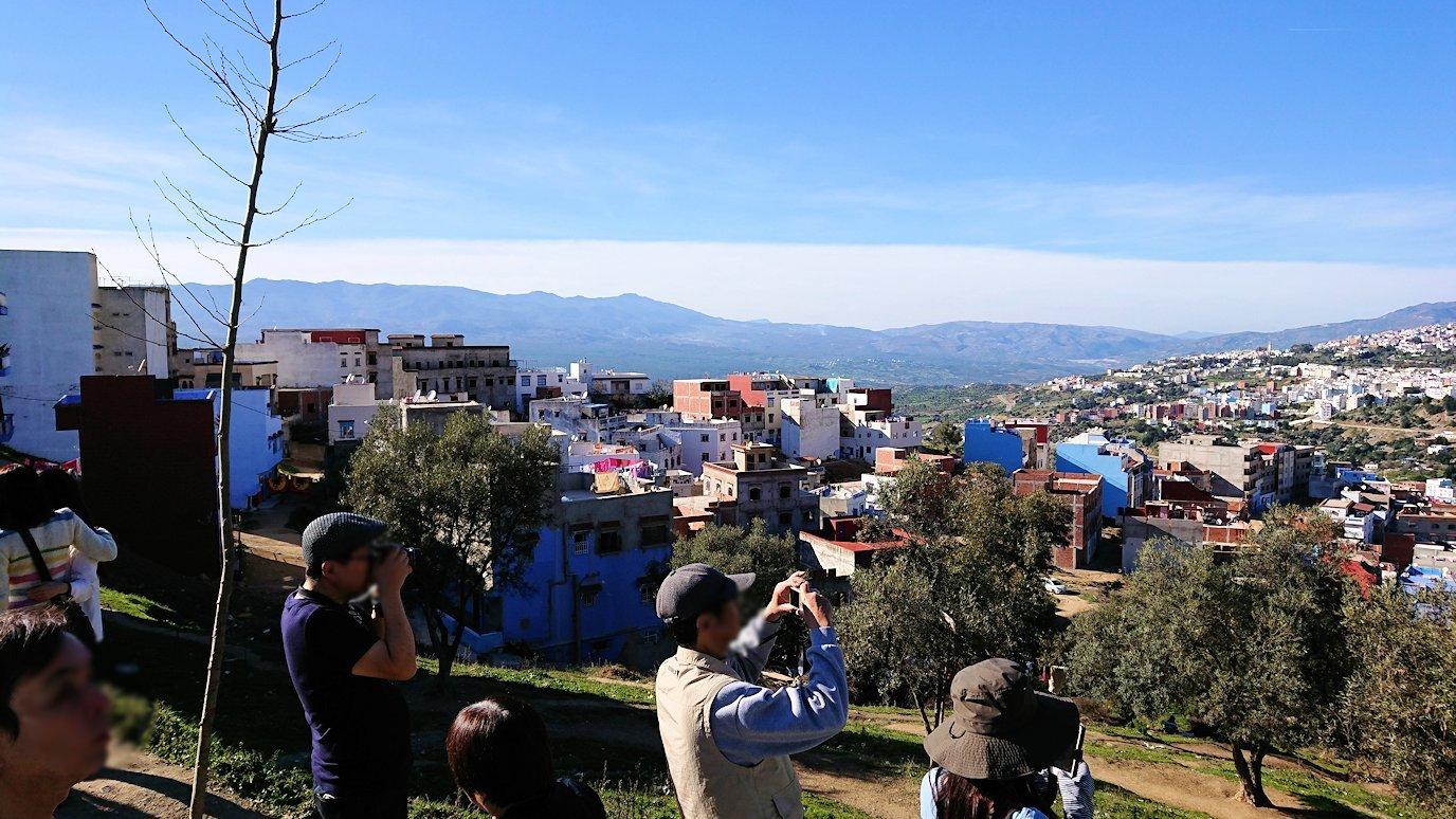 モロッコのシャウエンの街が一望できる高台にて1