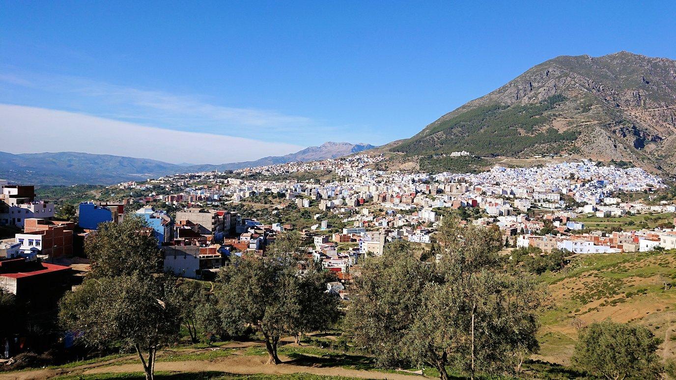 モロッコのシャウエンの街が一望できる高台で写真撮影を