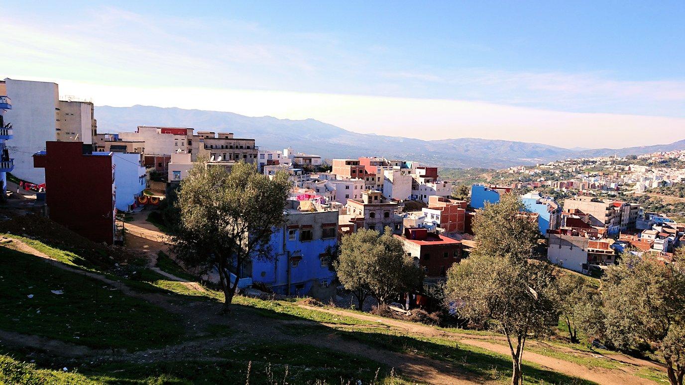 モロッコのシャウエンの街が一望できる高台で写真撮影を1