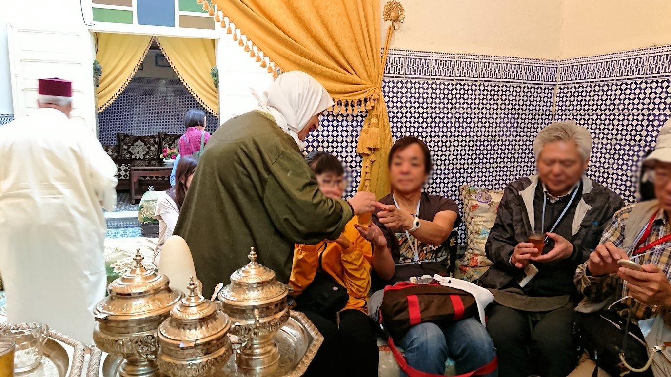 フェズの旧市街地で一般家庭を訪問しミントティーを楽しく味わう様子4