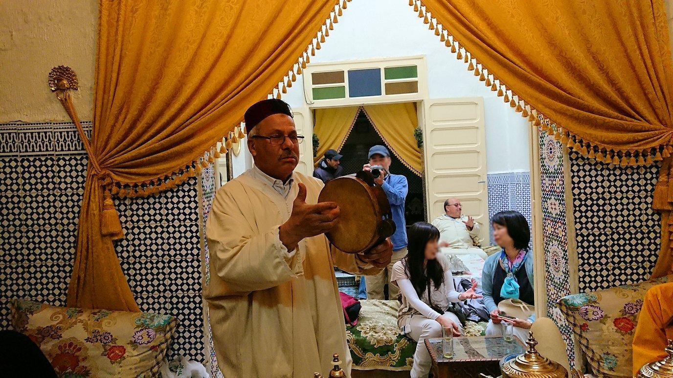 フェズの旧市街地で一般家庭を訪問しミントティーを楽しく味わい太鼓をたたく1