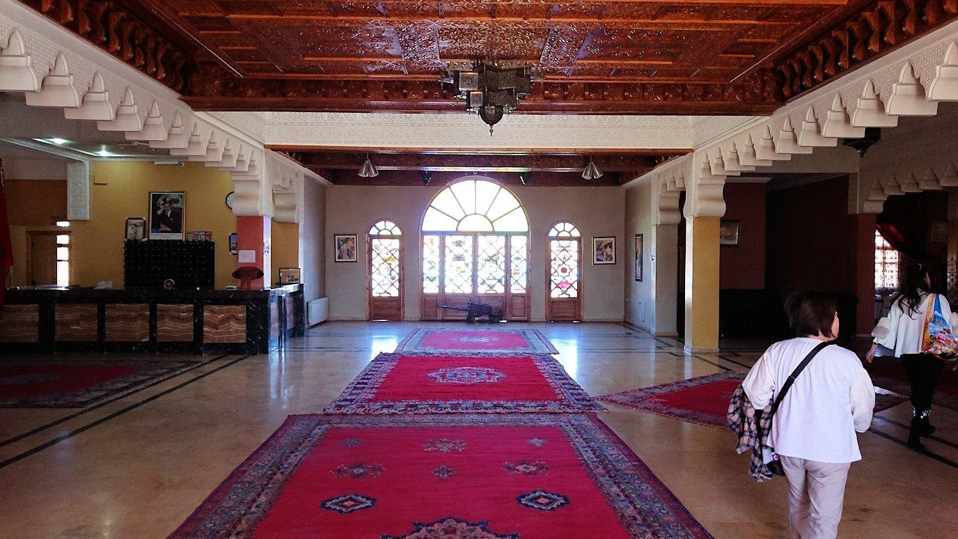 モロッコのミデルトのタダートホテル内のレストランにて