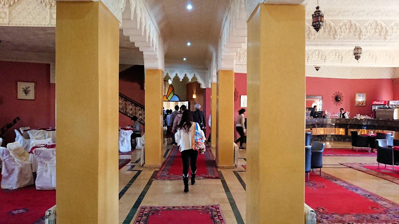 モロッコのミデルトのタダートホテル内のレストランにて1