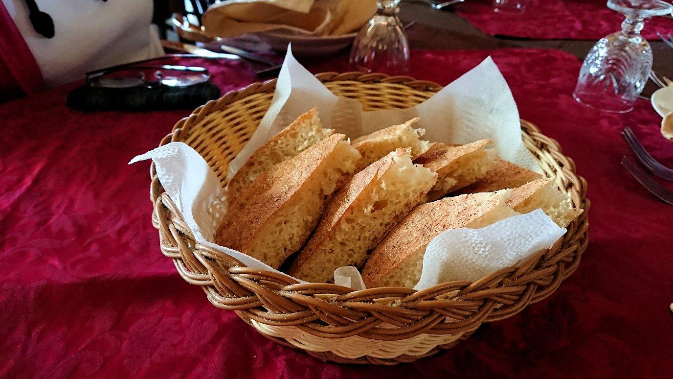 モロッコのミデルトのタダートホテル内のレストランにて4