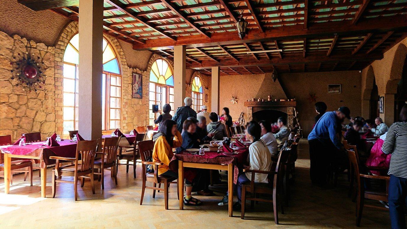 モロッコのミデルトのタダートホテル内のレストランにて6