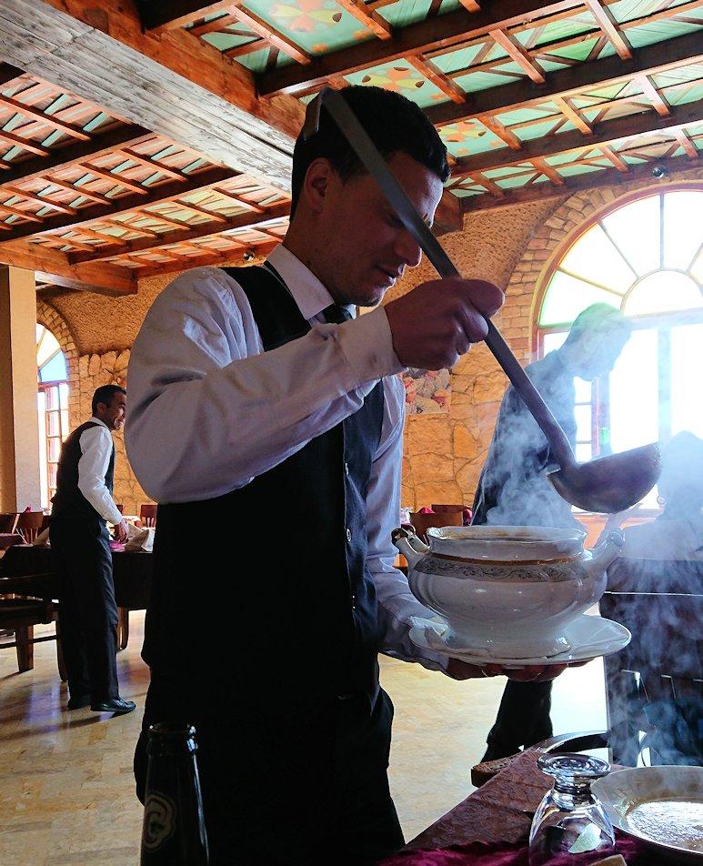 モロッコのミデルトのタダートホテル内のレストランでの昼食の様子
