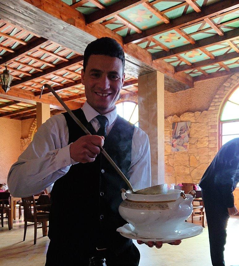 モロッコのミデルトのタダートホテル内のレストランでの昼食の様子1