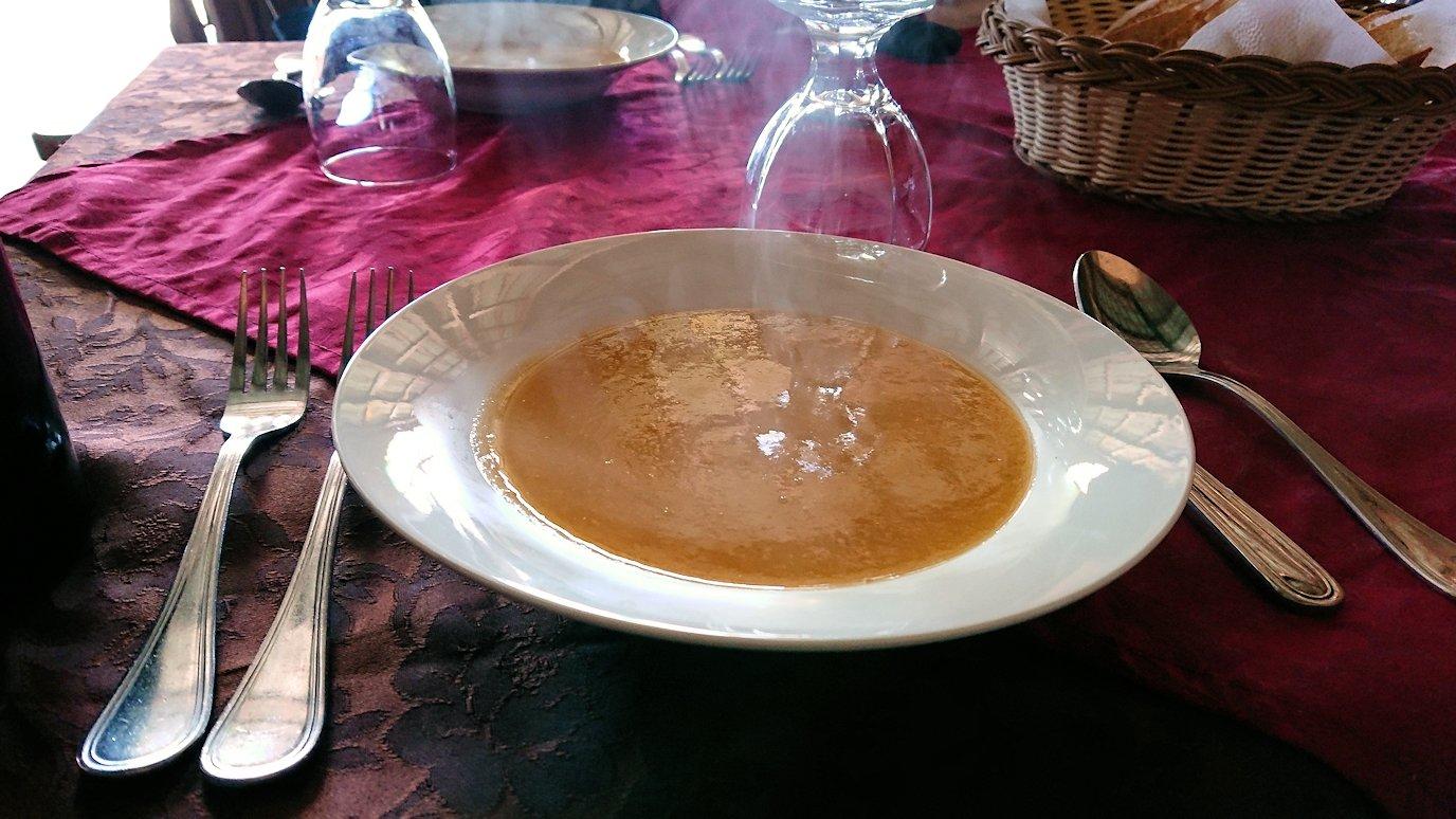 モロッコのミデルトのタダートホテル内のレストランでの昼食の様子2