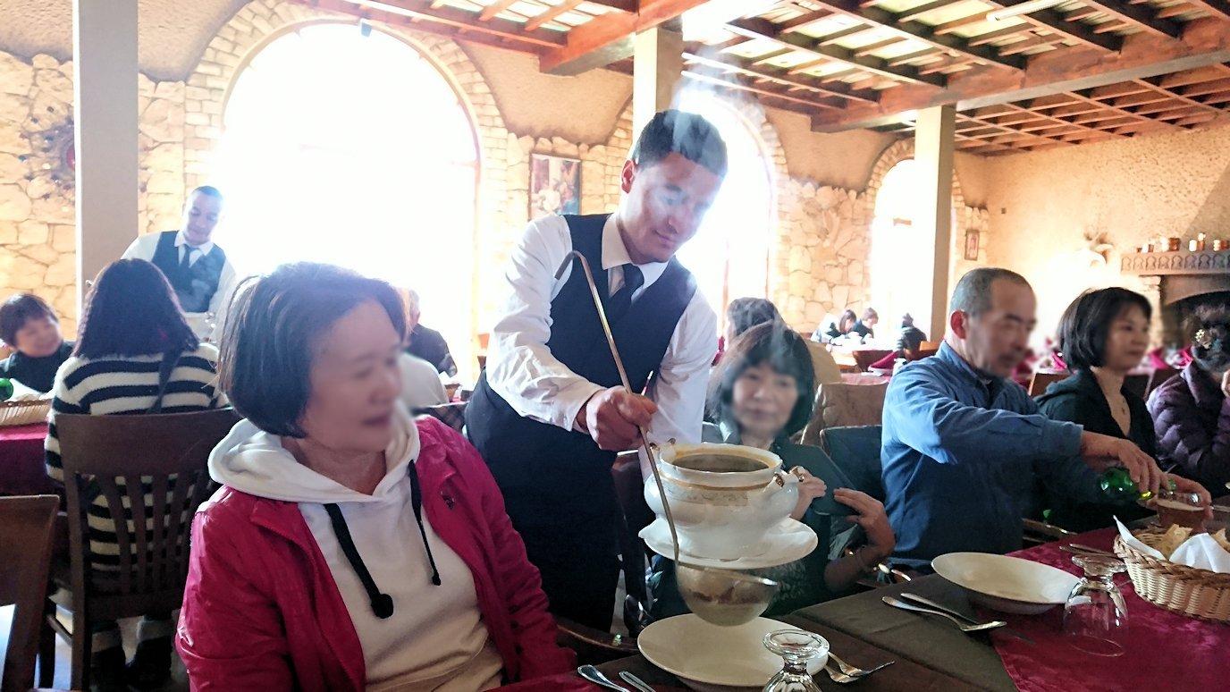 モロッコのミデルトのタダートホテル内のレストランでの昼食の様子3