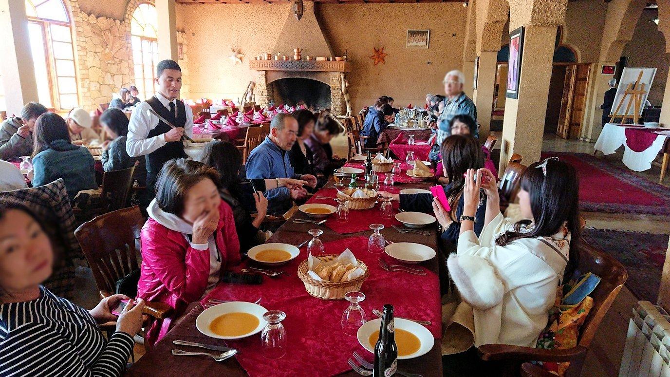 モロッコのミデルトのタダートホテル内のレストランでの昼食の様子4