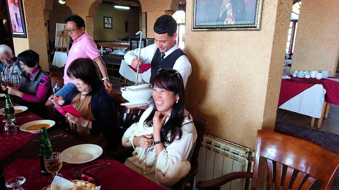 モロッコのミデルトのタダートホテル内のレストランでの昼食の様子8