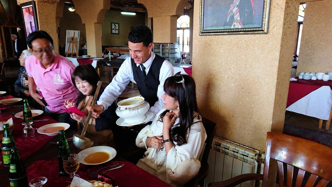モロッコのミデルトのタダートホテル内のレストランでの昼食の様子9