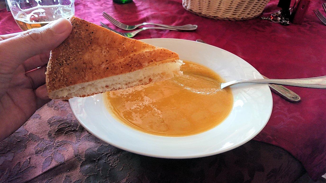 モロッコのミデルトのタダートホテル内のレストランで食べた昼食