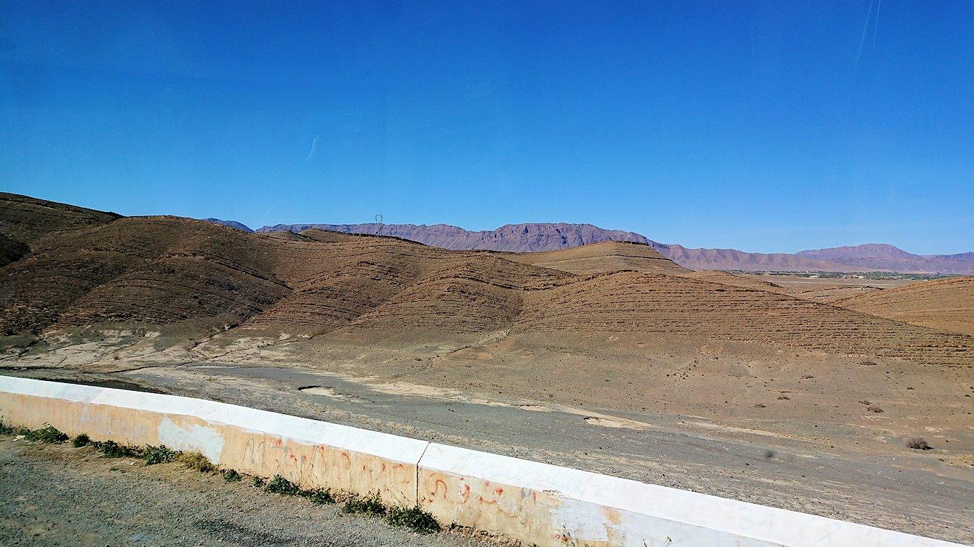 モロッコのミデルトからズイズ渓谷近くの様子