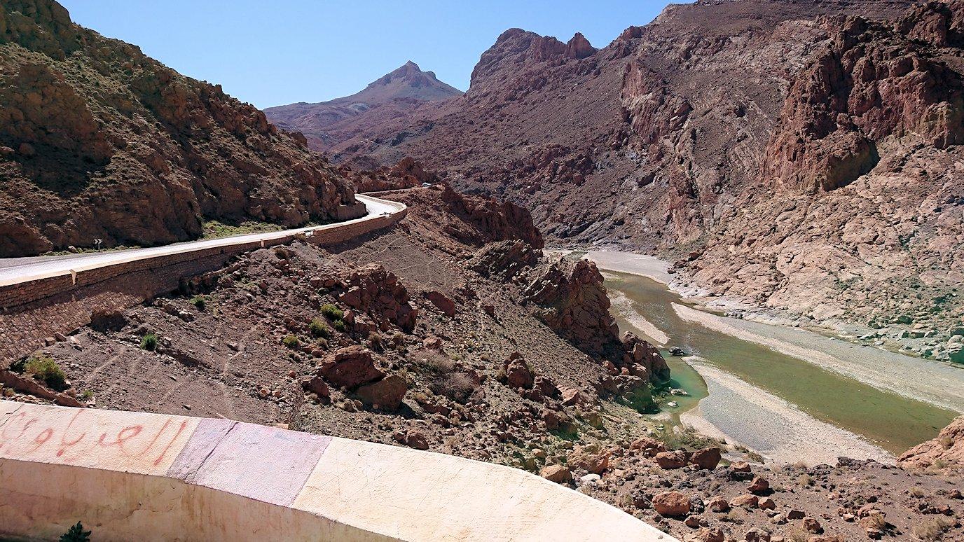 モロッコのミデルトからズイズ渓谷に到着