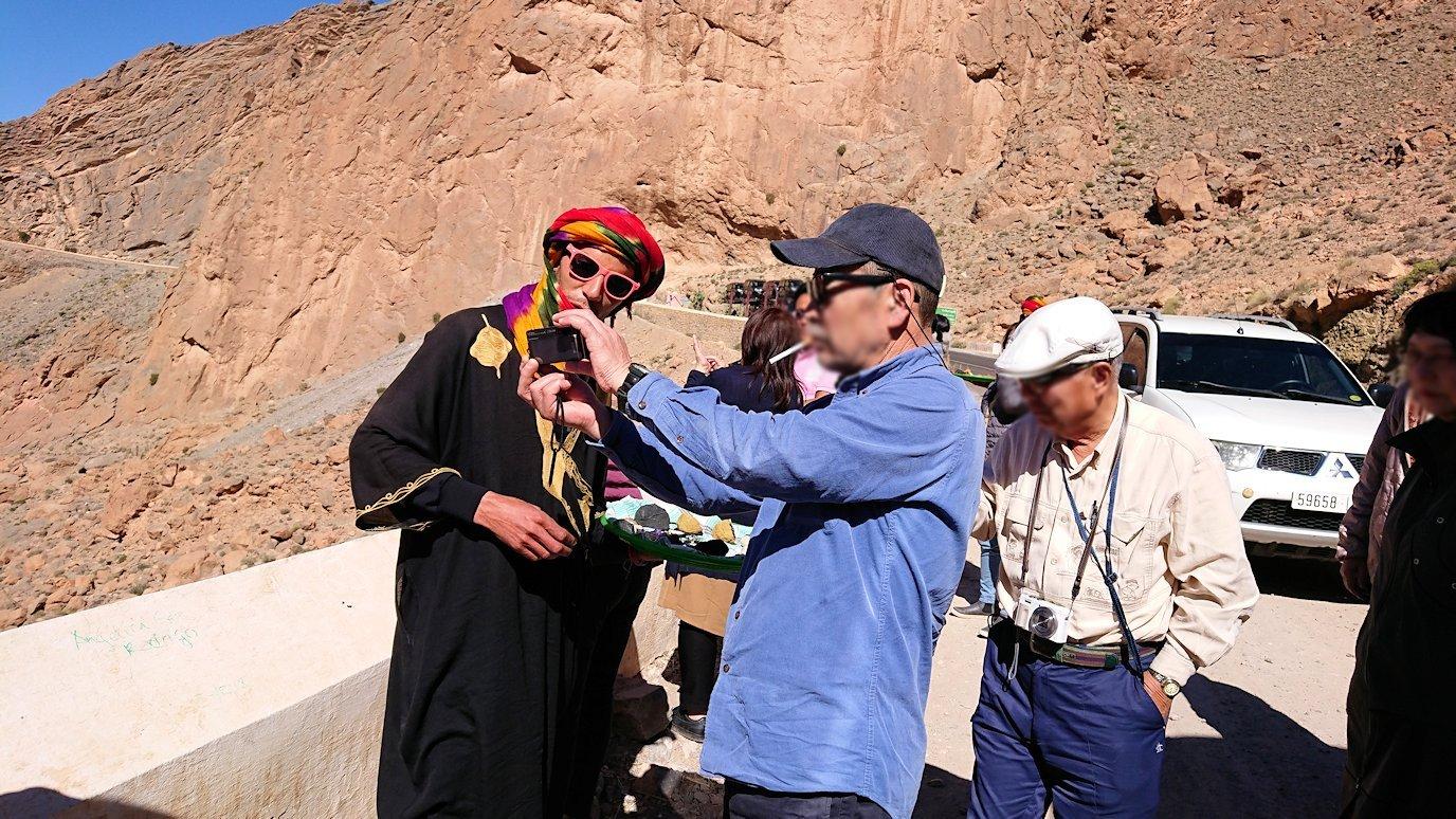 モロッコのズイズ渓谷で写真を撮る