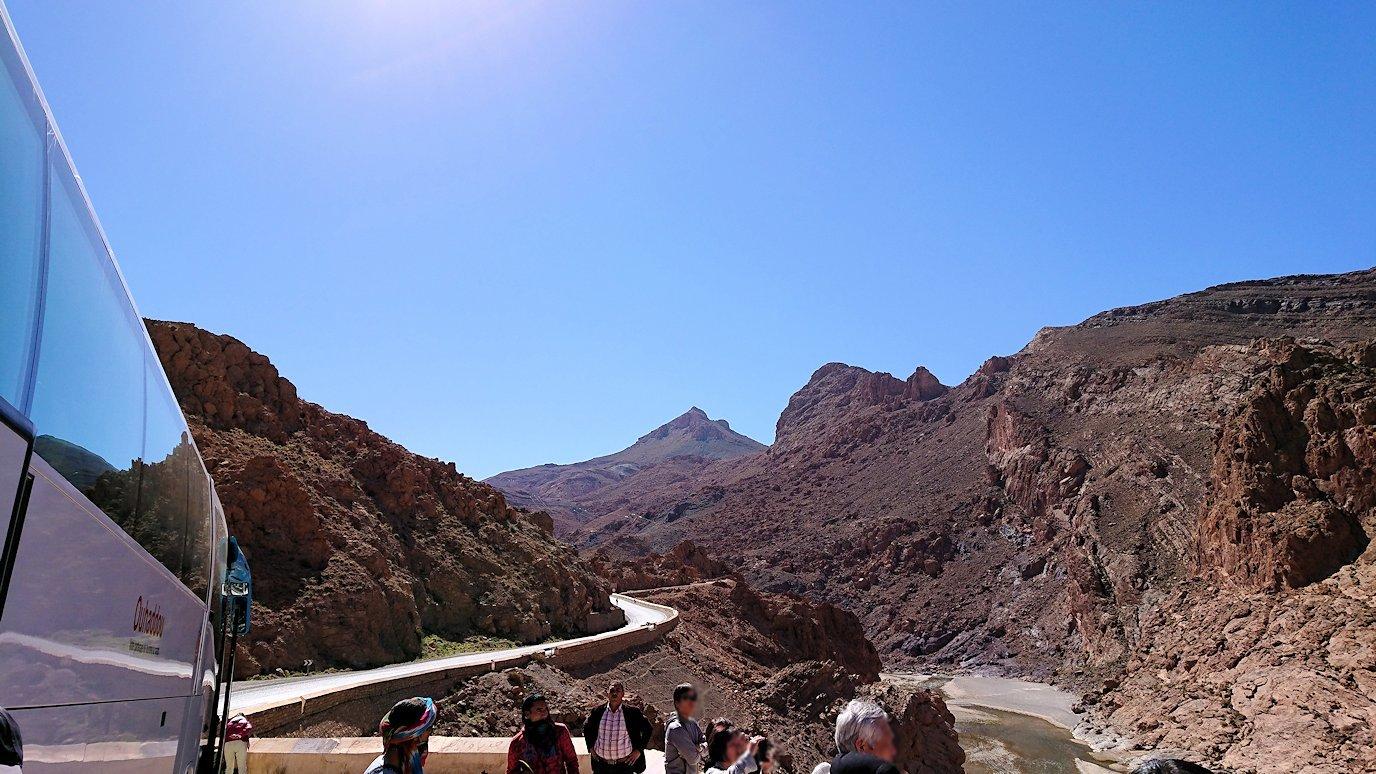 モロッコのズイズ渓谷で写真を撮る2