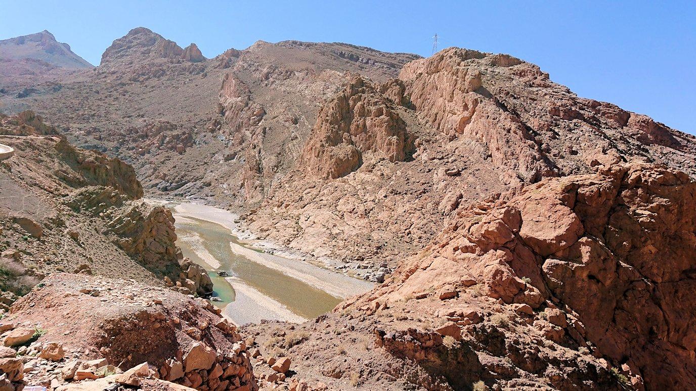 モロッコのズイズ渓谷で写真を撮る3