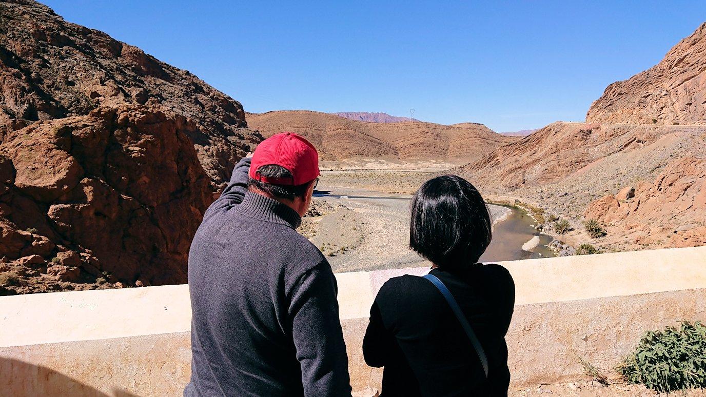 モロッコのズイズ渓谷で写真を撮る7