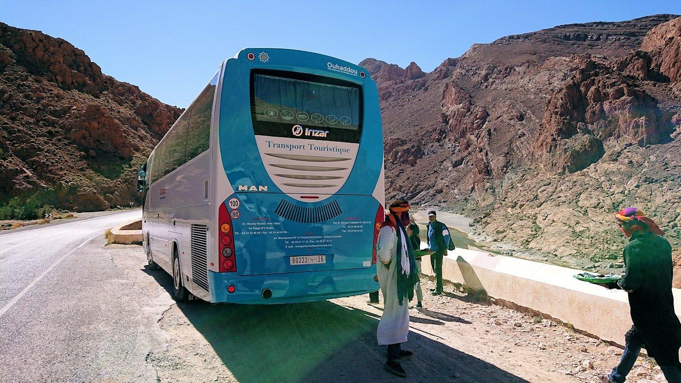 モロッコのズイズ渓谷で写真を撮る9