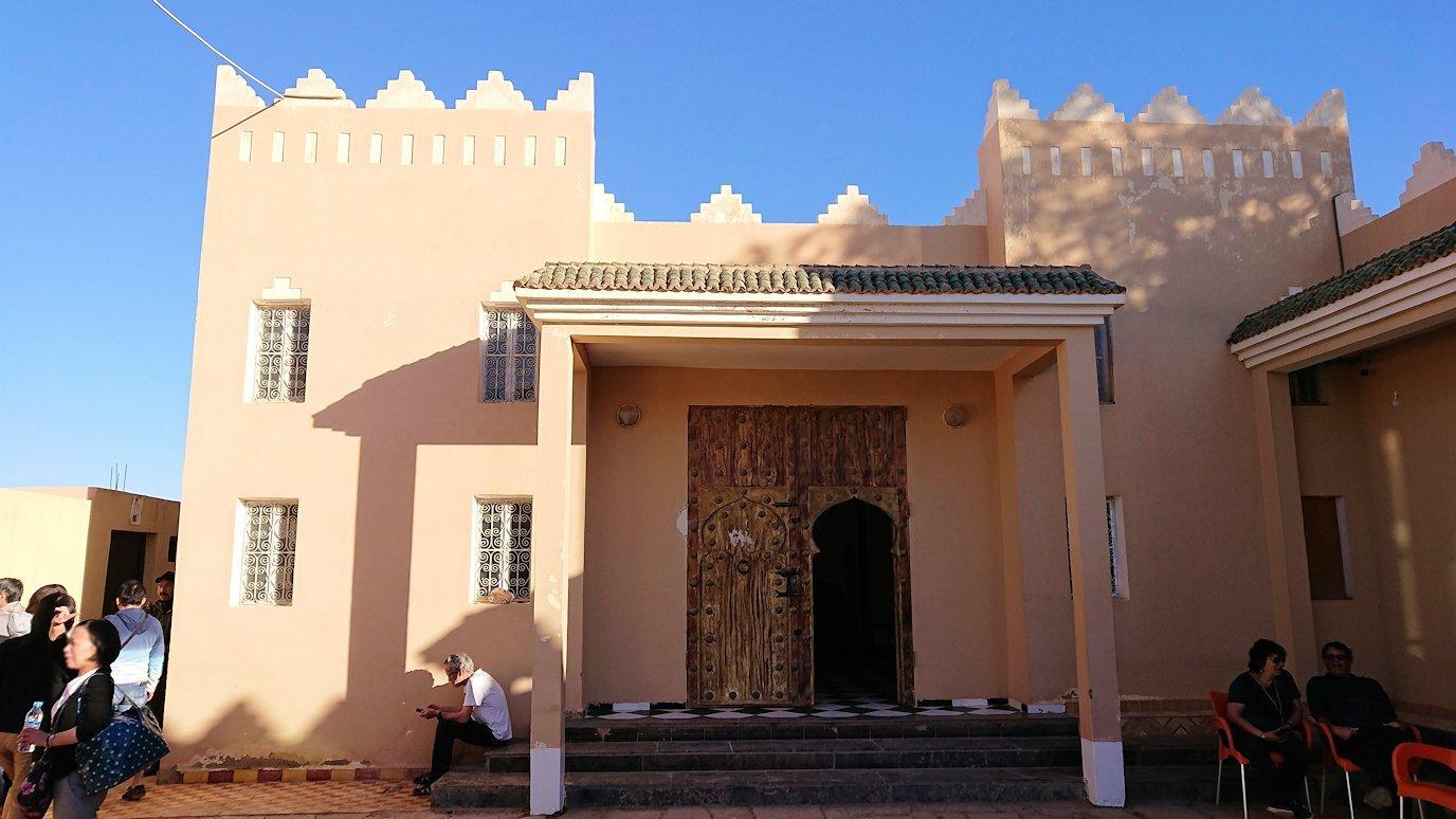 モロッコのエルフードで化石のお土産物屋さんに入る