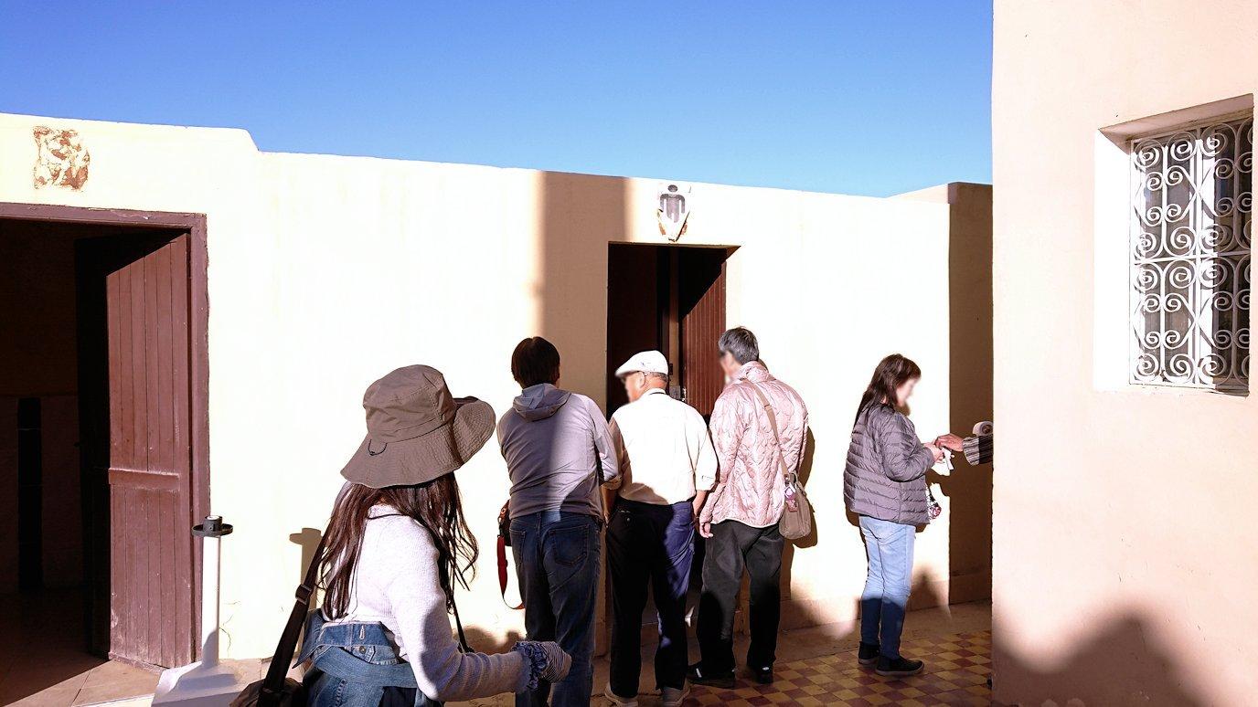 モロッコのエルフードで化石のお土産物屋さんに入る1