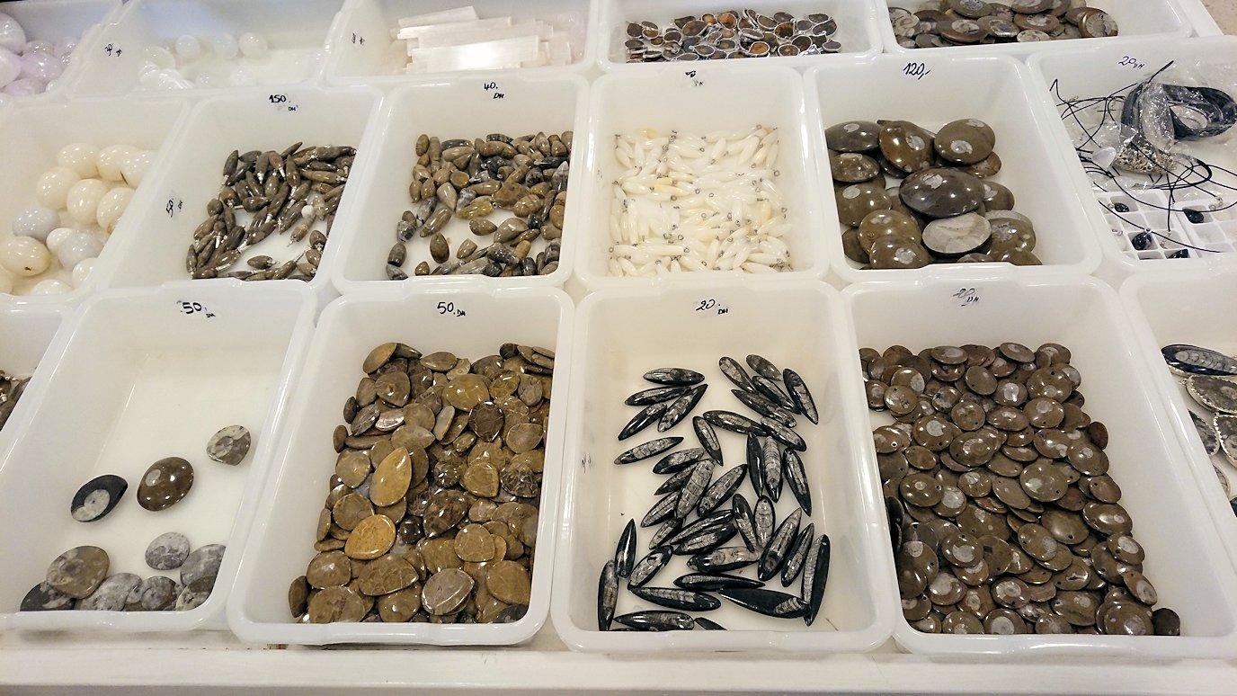 モロッコのエルフードで化石のお土産物屋さんに入る2