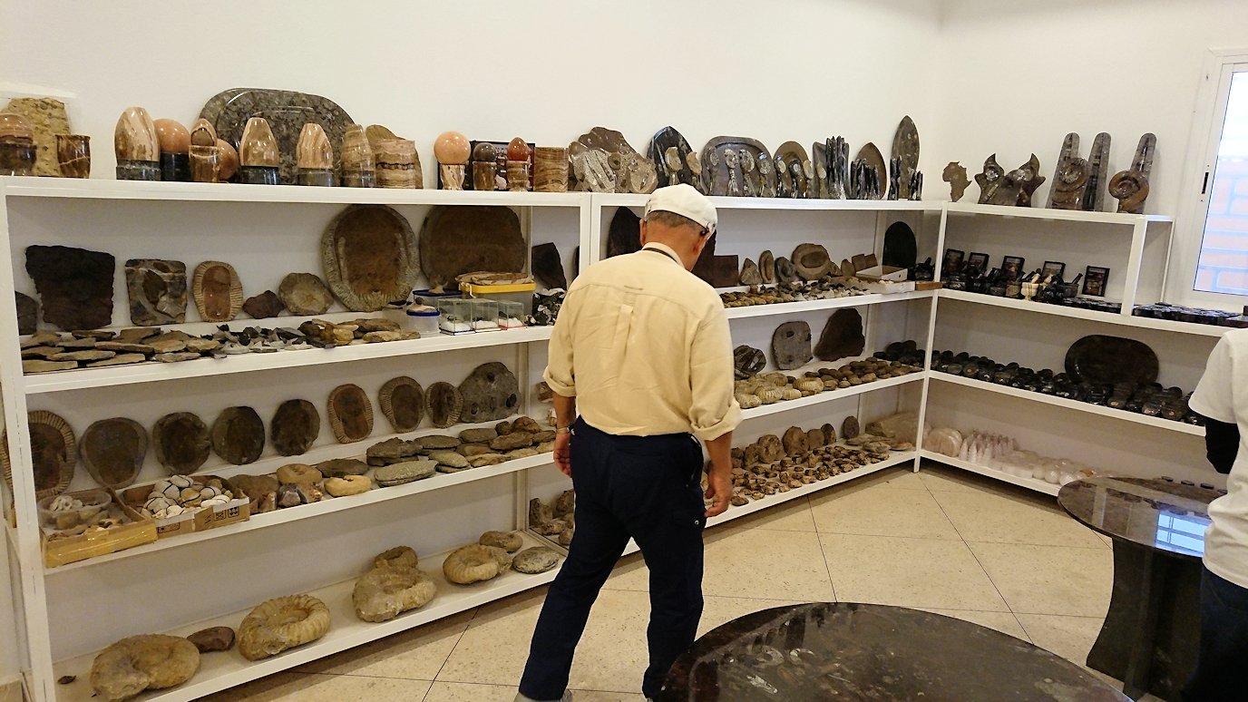 モロッコのエルフードで化石のお土産物屋さんに入る3