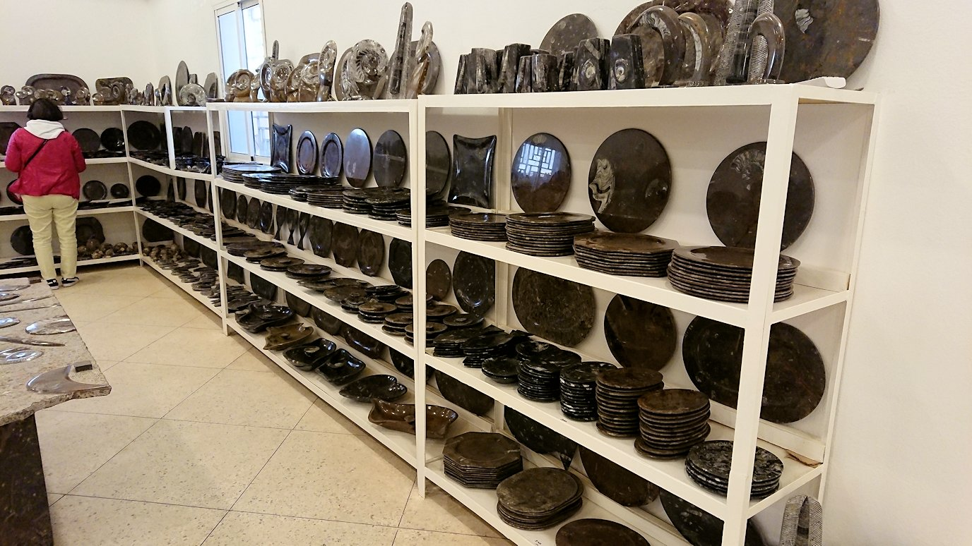 モロッコのエルフードで化石のお土産物屋さんの様子1