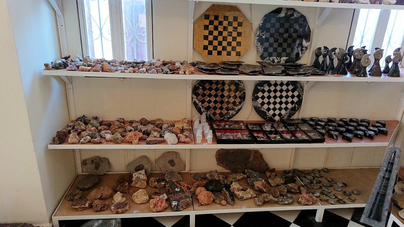 モロッコのエルフードで化石のお土産物屋さんの様子4