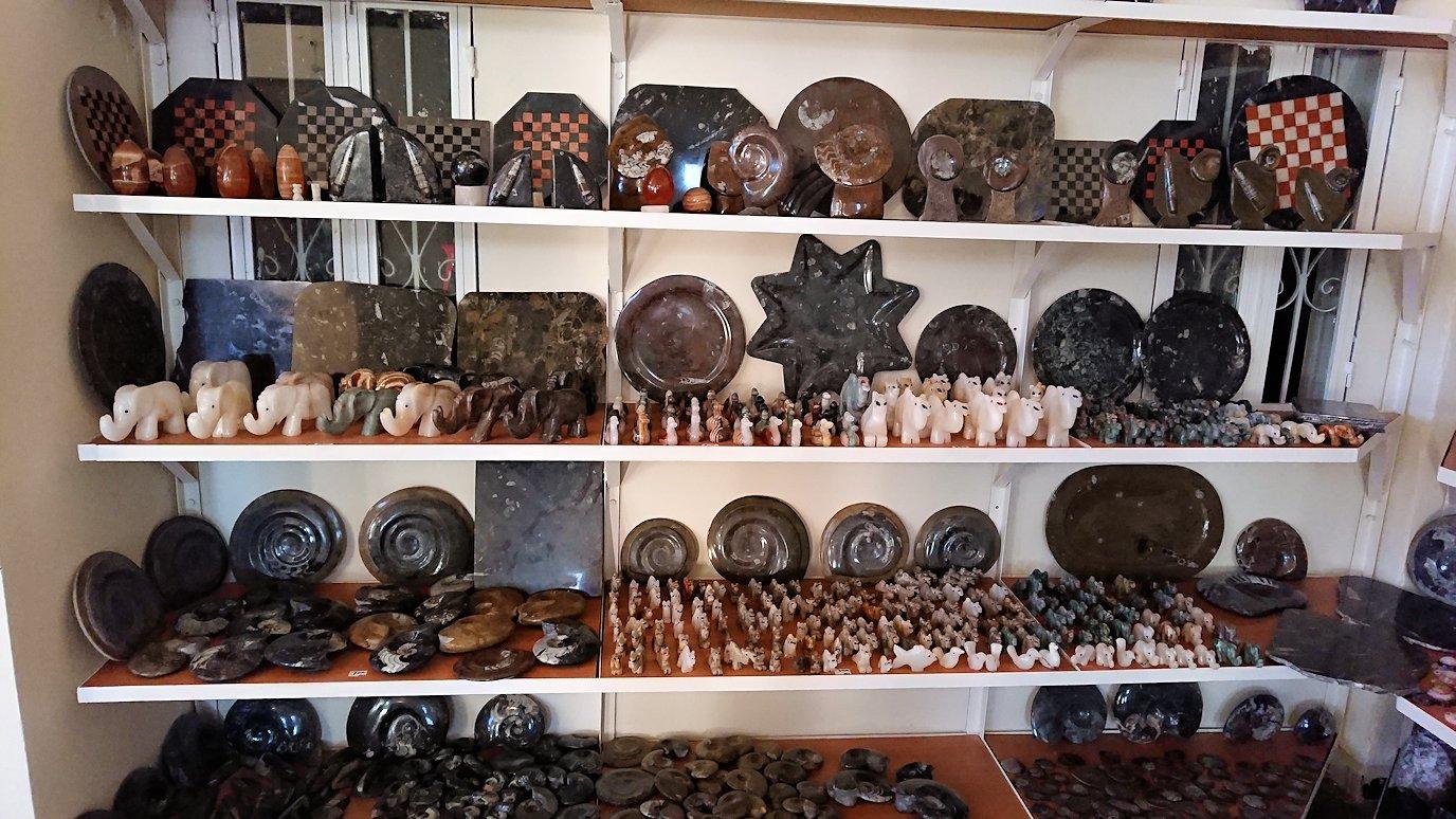 モロッコのエルフードで化石のお土産物屋さんの様子5