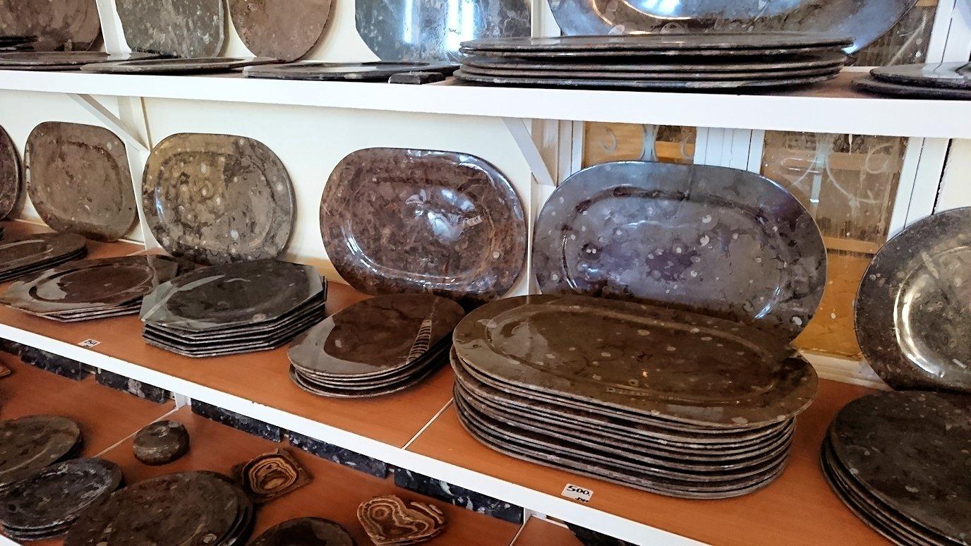 モロッコのエルフードで化石のお土産物屋さんの様子8