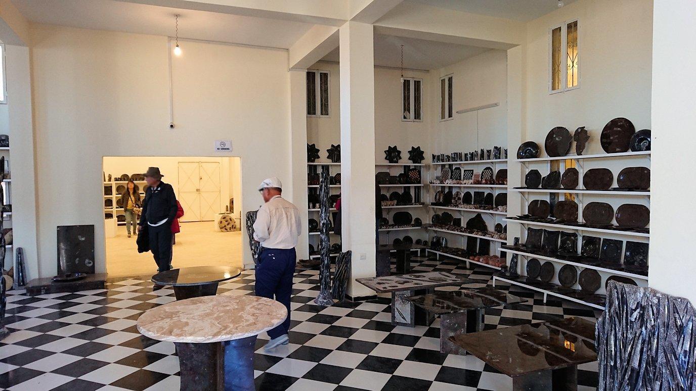 モロッコのエルフードで化石のお土産物屋さんの様子9