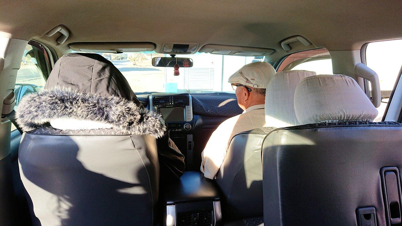 モロッコのエルフードで4WD車に乗り込みます1