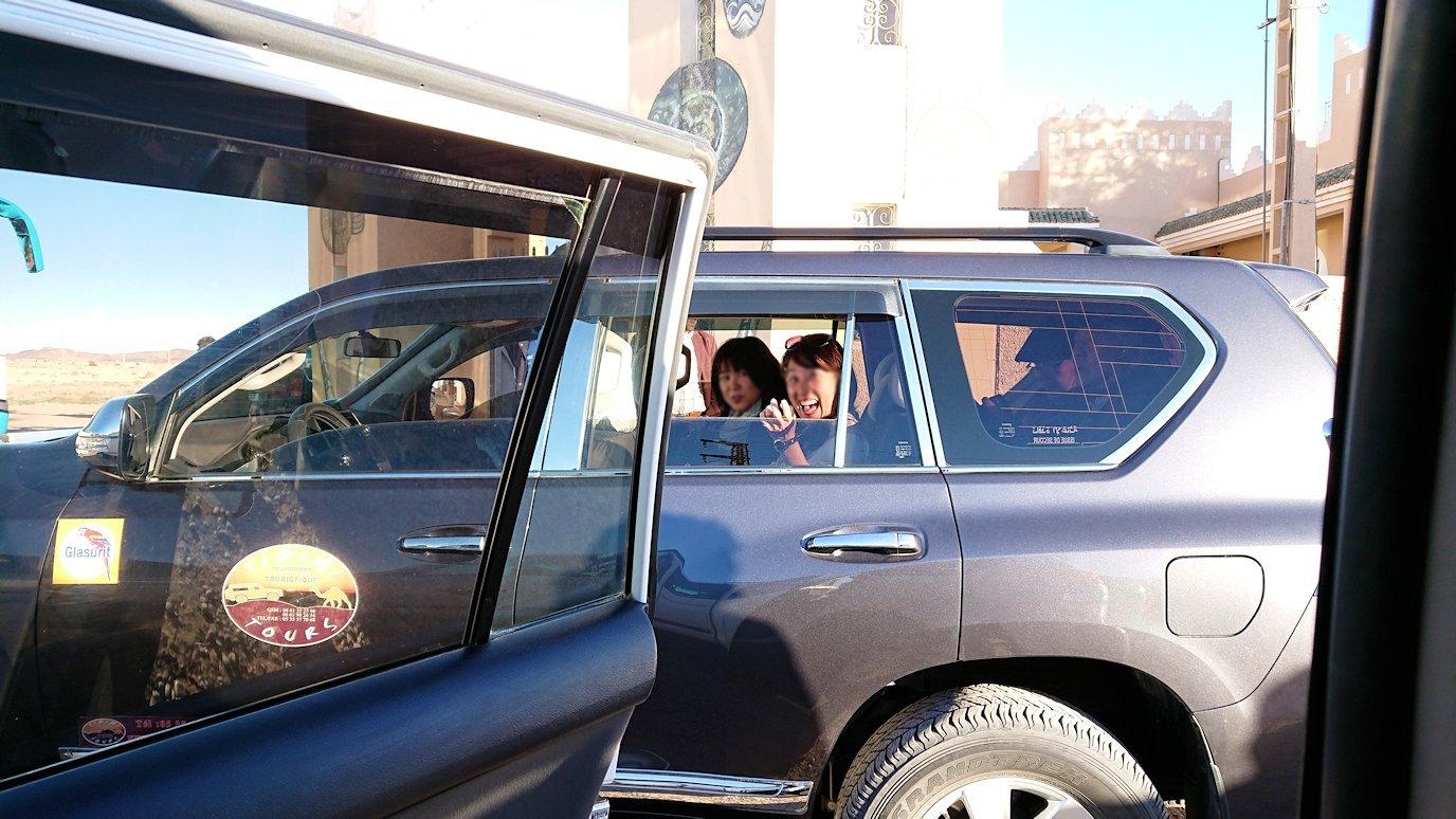 モロッコのエルフードで4WD車に乗り込みます2