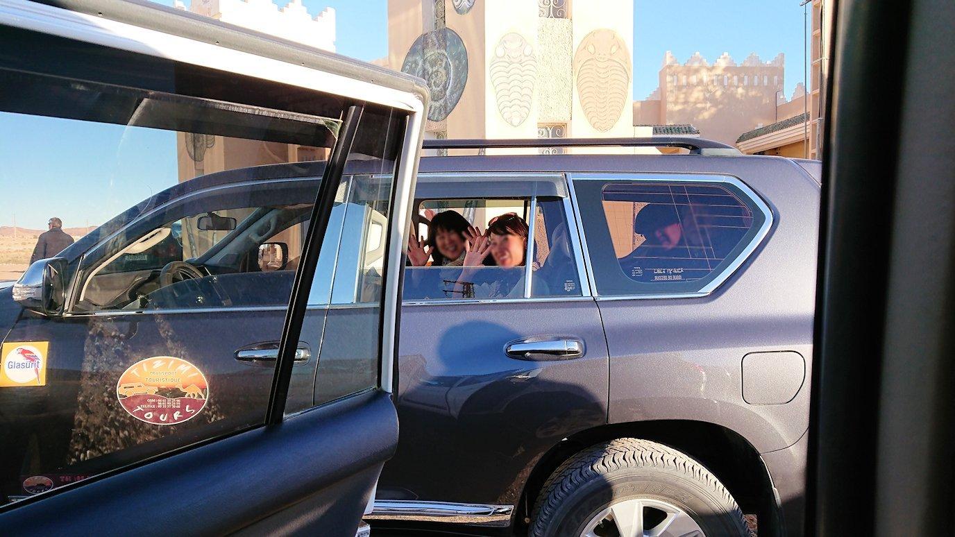 モロッコのエルフードで4WD車に乗り込みます3