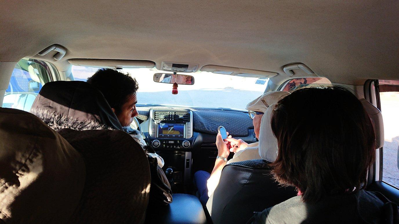 モロッコのエルフードで4WD車に乗り込みます4