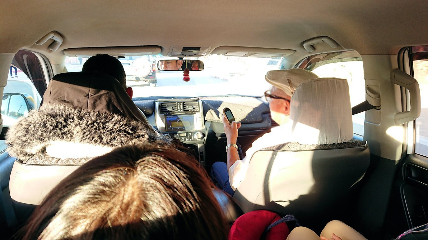 モロッコのエルフードで4WD車に乗り込みます5