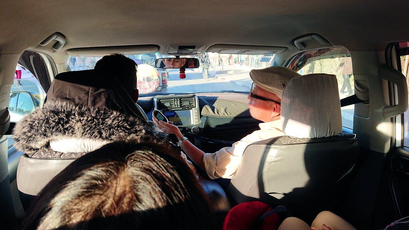 モロッコのエルフードで4WD車に乗り込みます6