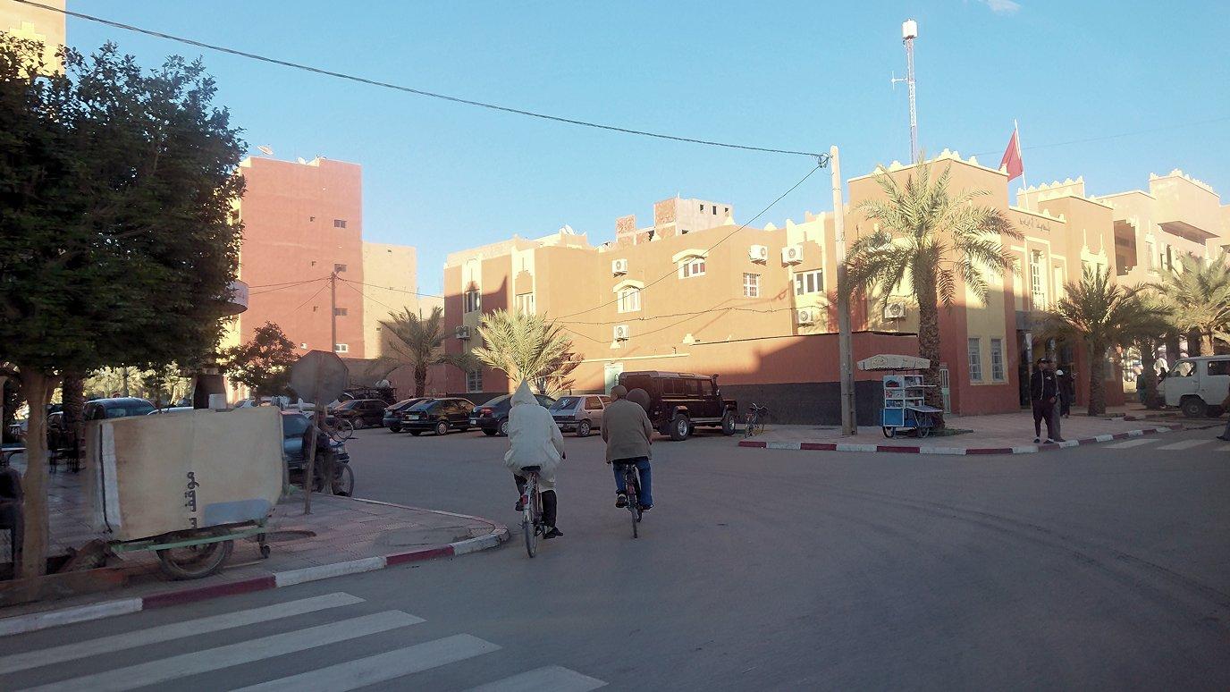 モロッコのエルフードで4WD車に乗り込み砂漠のホテルを目指します