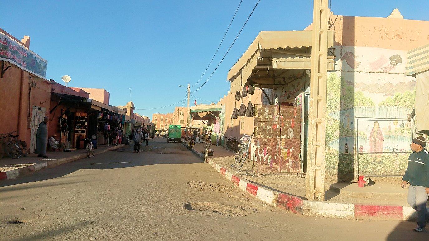 モロッコのエルフードで4WD車に乗り込み砂漠のホテルを目指して移動