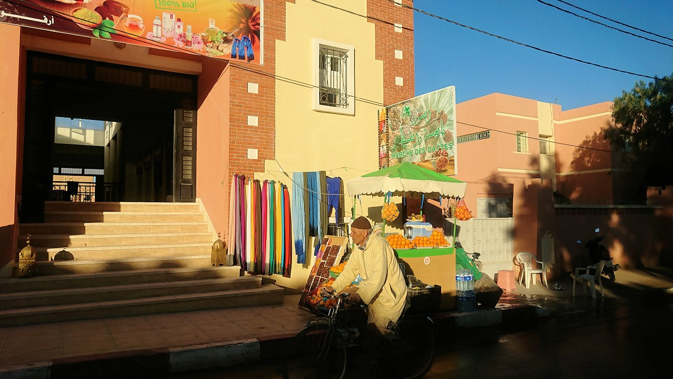 モロッコのエルフードで4WD車に乗り込み砂漠のホテルを目指して移動1