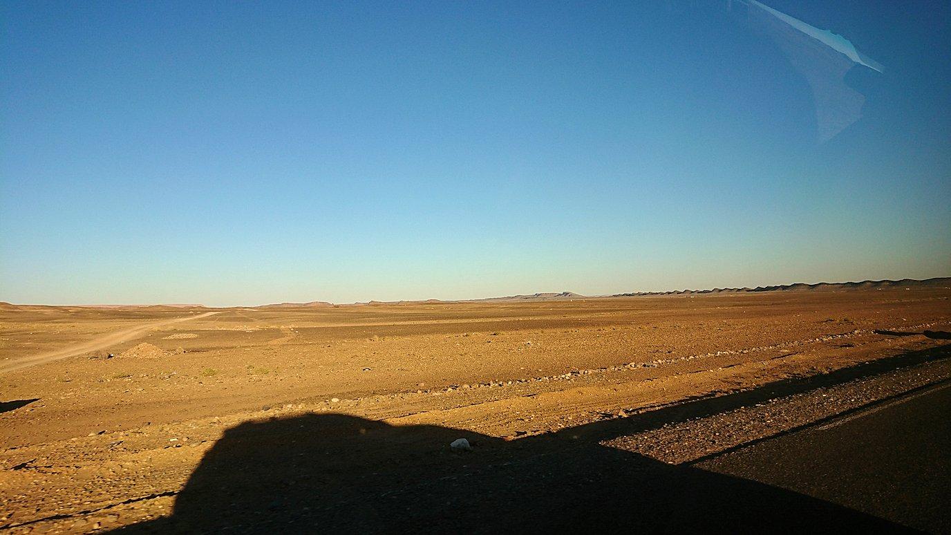 モロッコのエルフードで4WD車に乗り込み砂漠のホテルを目指して移動3