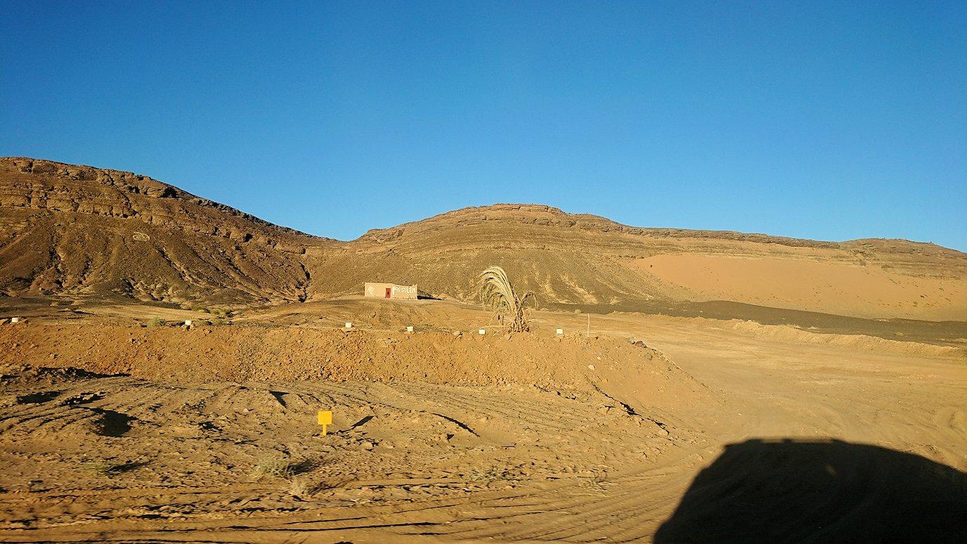 モロッコのエルフードで4WD車に乗り込み砂漠のホテルを目指して移動4