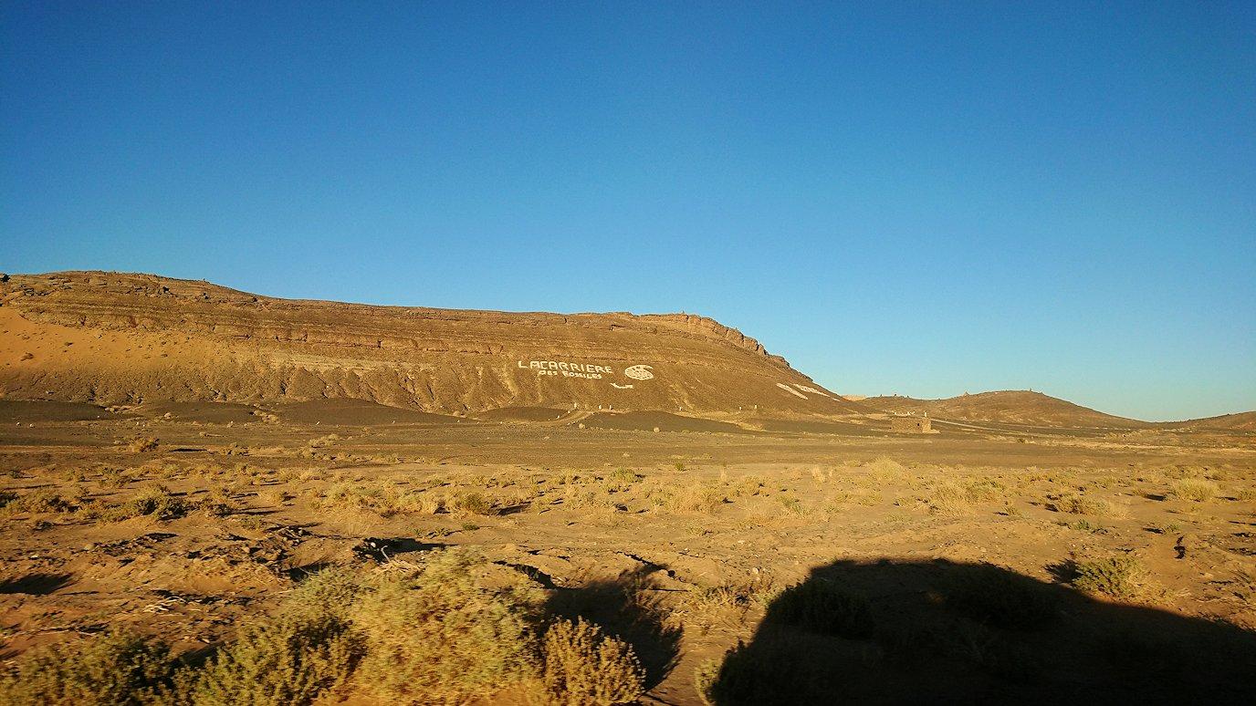 モロッコのエルフードで4WD車に乗り込み砂漠のホテルを目指して移動5