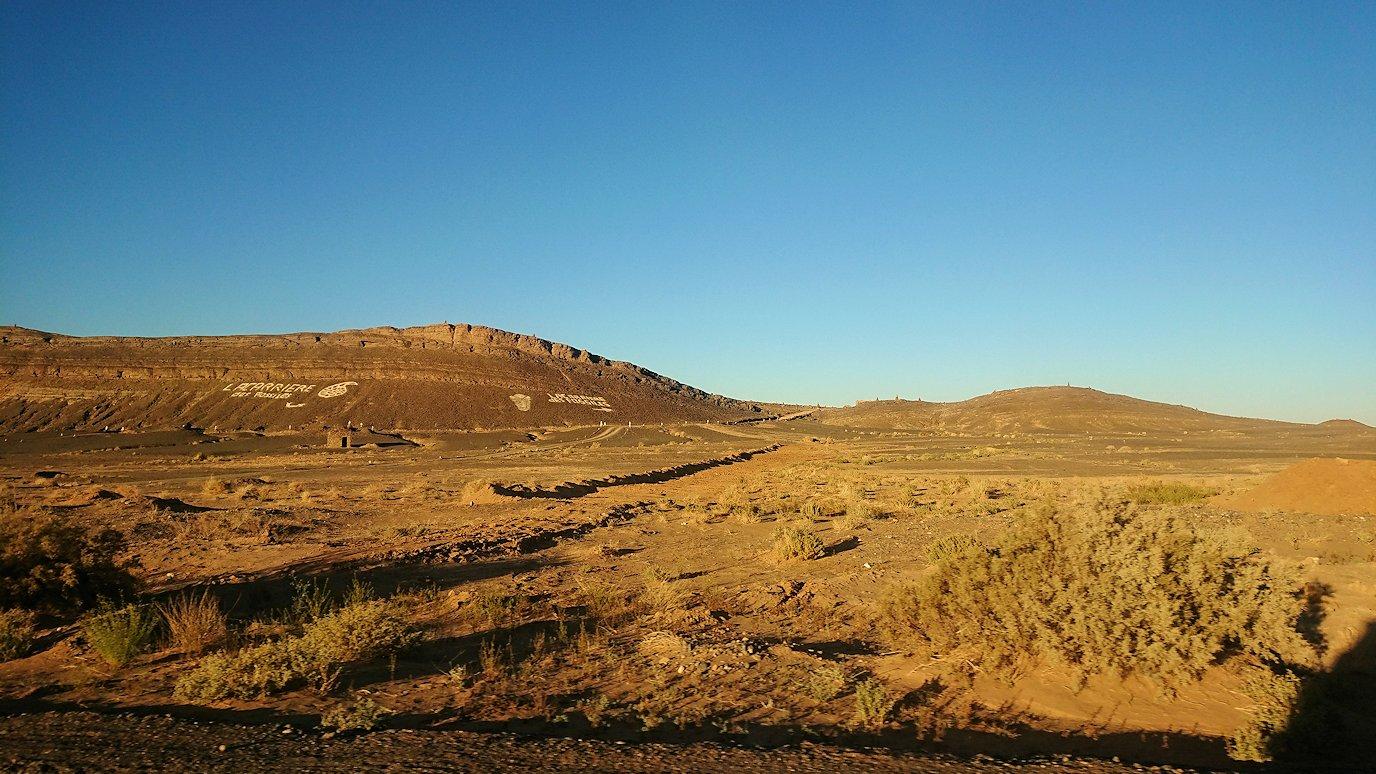 モロッコのエルフードで4WD車に乗り込み砂漠のホテルを目指して移動6