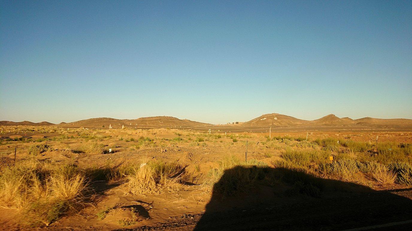 モロッコのエルフードで4WD車に乗り込み砂漠のホテルを目指して移動7