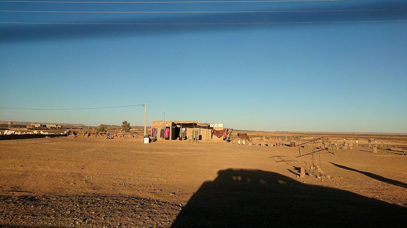 モロッコのエルフードで4WD車に乗り込み砂漠のホテルを目指して移動8