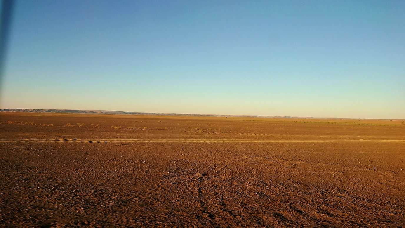 モロッコのエルフードで4WD車に乗り込み砂漠のホテルを目指して移動9